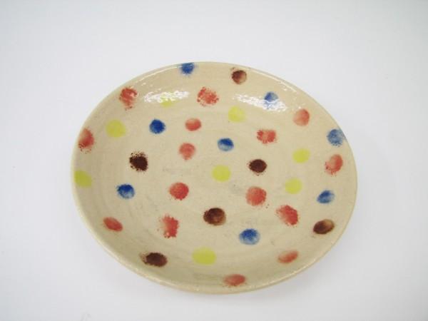 こちらで用意しているお皿にご自由に絵やメッセージを描けば気持ちの伝わるプレゼントに