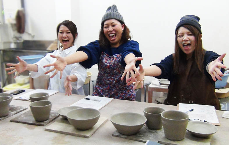 仲間とわいわい、お一人で集中して、どんなシチュエーションでも楽しい陶芸をお得に体験できます。