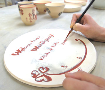 ふたりで手作りした陶器のウェルカムボードで会場も和やかに